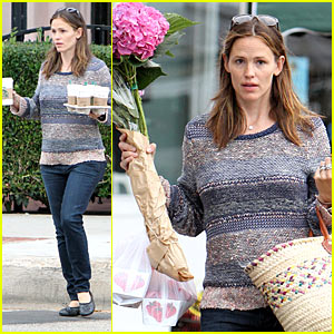 Jennifer Garner: Flowers & Strawberries Lover!