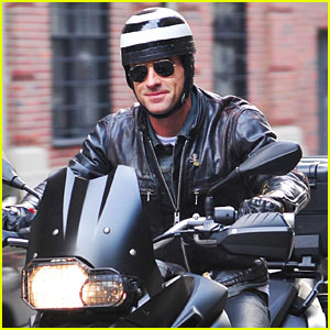 Justin Theroux Motors in the Big Apple!