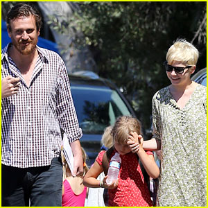 Michelle Williams & Jason Segel: Matilda Pick Up!