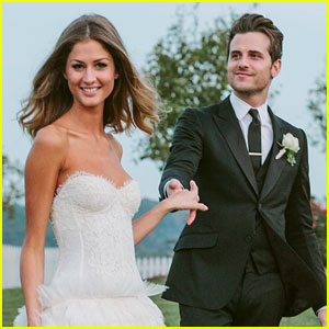 http://cdn01.cdn.justjared.com/wp-content/uploads/headlines/2012/09/jared-followill-martha-patterson-first-wedding-photo.jpg