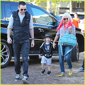 Christina Aguilera & Matthew Rutler: Mr. Bones Pumpkin Patch with Max!