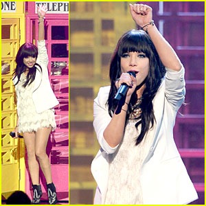 Carly Rae Jepsen Wins New Artist of the Year at AMAs!