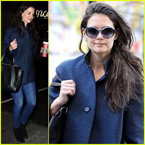 Katie Holmes: Pre-Thanksgiving 'Dead Accounts' Performance!