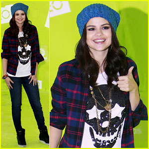 Selena Gomez: Thumbs Up for Neo Photo Call!