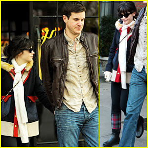 Zooey Deschanel & Jamie Linden: Holding Hands in NYC!