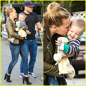 Hilary Duff Mike Comrie Grocery Kisses For Luca