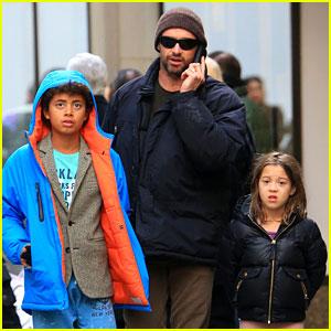 Hugh Jackman: Christmas Eve Shopping with Oscar & Ava!