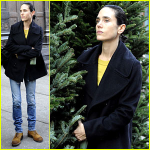 Jennifer Connelly: Christmas Tree Peek-a-boo!