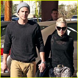 Miley Cyrus & Liam Hemsworth: Holding Hands at Starbucks!