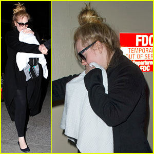 Adele &#038; Baby Land in Los Angeles for Golden Globes