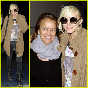 Ashlee Simpson: JFK Hugs for Mom Tina!