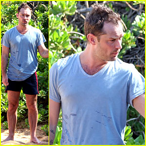 Jude Law: Maui Beach Stroll on New Year's Eve!