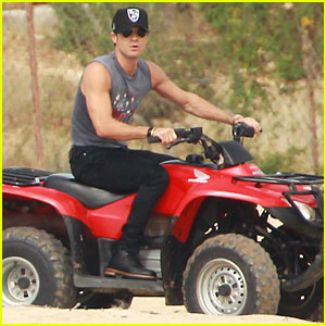 Justin Theroux: New Year's Eve ATV Riding!