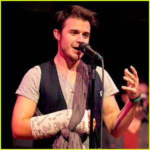 Kris Allen Performs with Broken Wrist After Car Accident