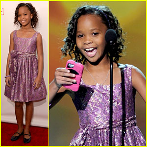 Quvenzhane Wallis Accepts Critics' Choice Award with iPhone!