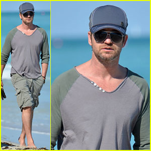 Gerard Butler: Miami Beach Stroll with Friends!