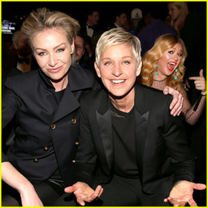 Kelly Clarkson Photobomb to Ellen DeGeneres at Grammys!