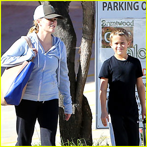 Reese Witherspoon: Weekend Workout with Deacon!