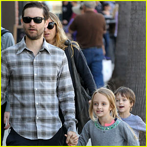 Tobey Maguire: Sunday Brunch with the Family!