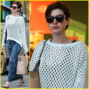 Anne Hathaway: Whole Foods Shopper!