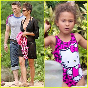 Halle Berry: Hot Bikini Maui Mama!