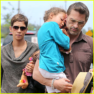 Halle Berry & Olivier Martinez: Maui Departure with Nahla!