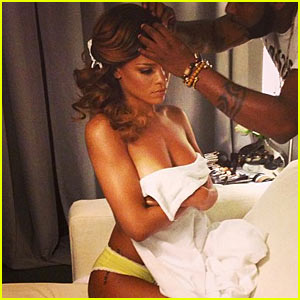 Rihanna: Topless Instagram Photo!