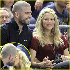 Shakira & Gerard Pique: Basketball Kisses!