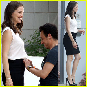 Jennifer Garner: Outfit Adjustment on 'Draft Day' Set!