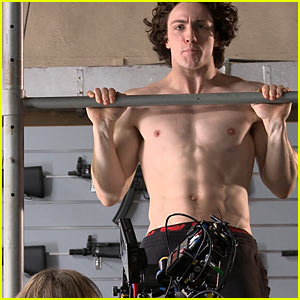 Aaron Taylor-Johnson: Shirtless Pull-Up for Kick-Ass 2!