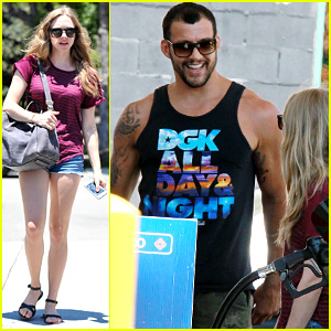 Amanda Seyfried: Gas Station Stop with Mystery Guy!