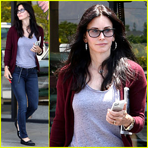 Courteney Cox Shops for Pet Supplies at Kahoots