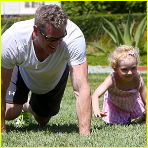 Eric Dane: Push-Ups with Daughter Billie!