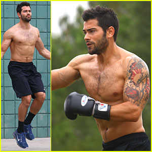 Jesse Metcalfe: Shirtless Park Workout!