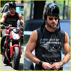 Justin Theroux: Bulging Muscles From Out of the Darkness!