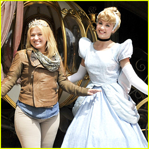 Kelly Clarkson Meets Cinderella at Disneyland Paris!