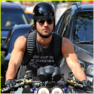 Justin Theroux: Muscular Motorcycle Man!