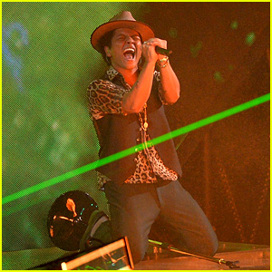 Bruno Mars: VMAs 2013 Performance of 'Gorilla' - WATCH NOW!