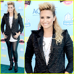 Demi Lovato - Teen Choice Awards 2013 Red Carpet