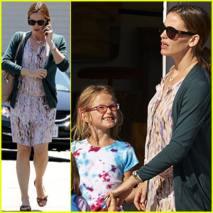 Jennifer Garner & Kids Pick Up Pizza During Girls Day Out!
