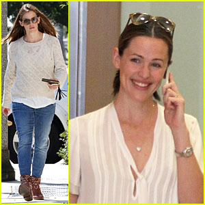 Jennifer Garner Shows Happiness During Phone Conversation!