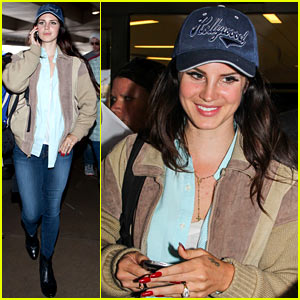 Lana Del Rey Catches Cab at LAX After Lollapalooza!