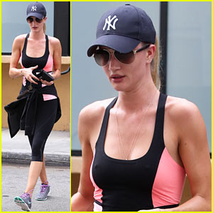 Rosie Huntington-Whiteley Works Out After Enjoying Sunset!