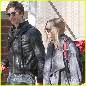 Amanda Seyfried & Justin Long: NYC Dog Walking Twosome!