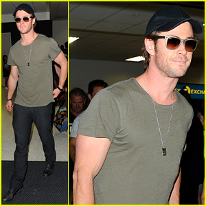 Chris Hemsworth Bares Buff Arms While Landing in Los Angeles
