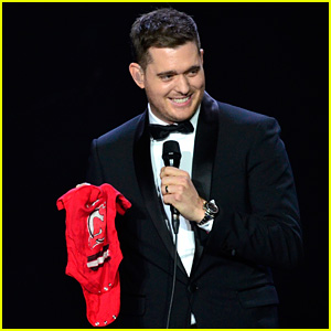 Michael Buble Ends Concert with Amazing Unplugged Moment