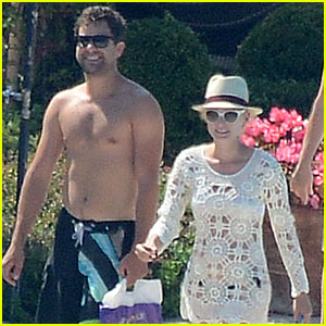 Shirtless Joshua Jackson & Diane Kruger Lounge Poolside Before Flights