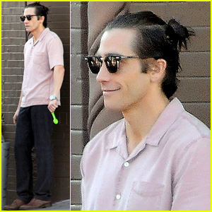 Jake Gyllenhaal Wears Hair in Tiny Bun on 'Nightcrawler' Set