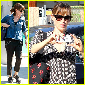 Jennifer Garner Turns the Camera on Photographers