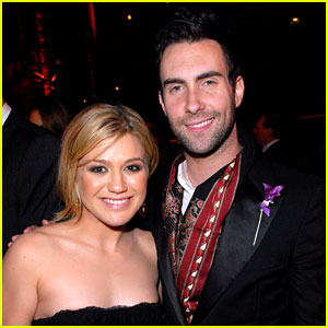 9af692924c Kelly Clarkson Joins Maroon 5 for  Moves Like Jagger  (VIDEO)